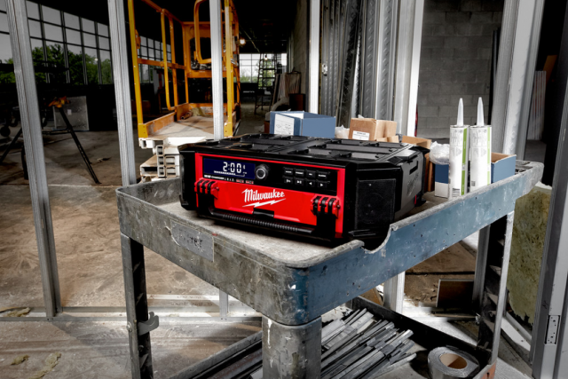 Milwaukee M18 PACKOUT Radio & Charger
