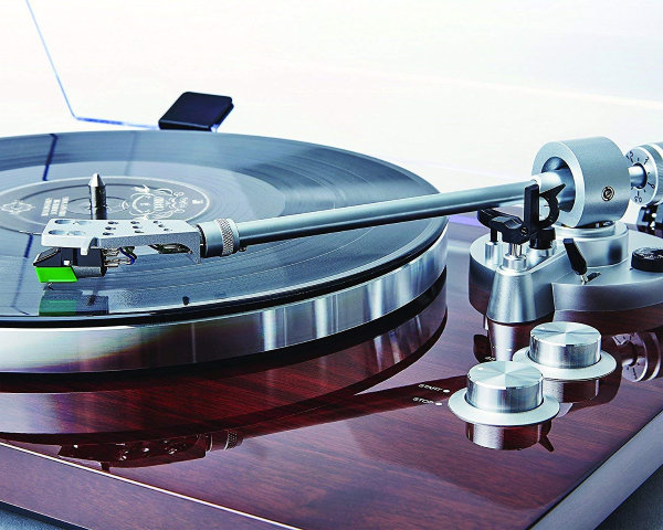 Pro500BT - Equipped with a low-mass straight aluminum tonearm w/ adjustable counterweight for precision damped cueing (precise tracking)