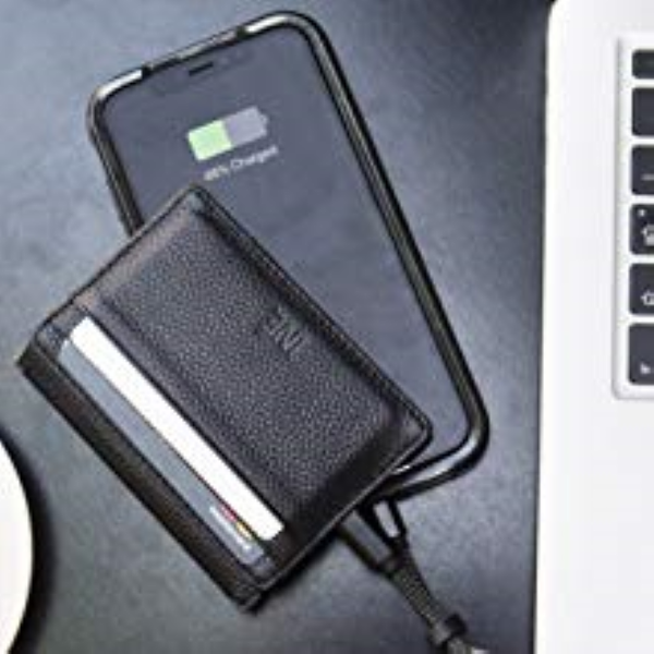 Xoopar Iné Wallet – Charging a smartphone via its compact braided charging cable for iPhone / Android with USB-C connector
